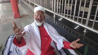 Photo of 80 वर्ष की उम्र में बिना पैसे लिए, स्टेशन पर मजदूरों का सामान ढो रहे हैं कुली मुजीबुल्लाह